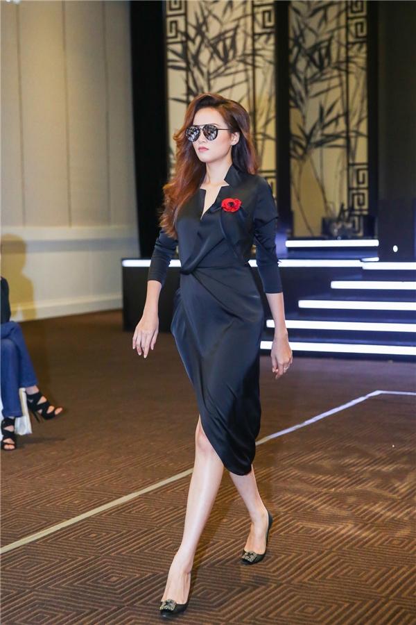 Tham gia buổi casting này, Hoa hậu Thế giới người Việt 2010 Diễm Hương đảm nhận vai trò thị phạm catwalk cho những người mẫu trẻ. Cô vô cùng gần gũi, thân thiện tạo nên bầu không khí cởi mở.