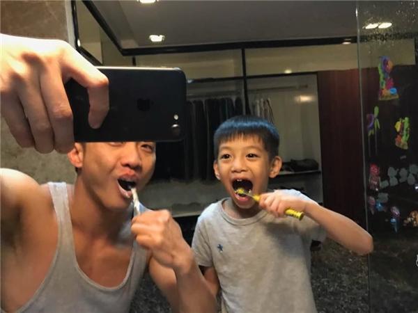 Hai bố con Cường Đô La và Subeo đánh răng cùng nhau trước khi đi ngủ. - Tin sao Viet - Tin tuc sao Viet - Scandal sao Viet - Tin tuc cua Sao - Tin cua Sao