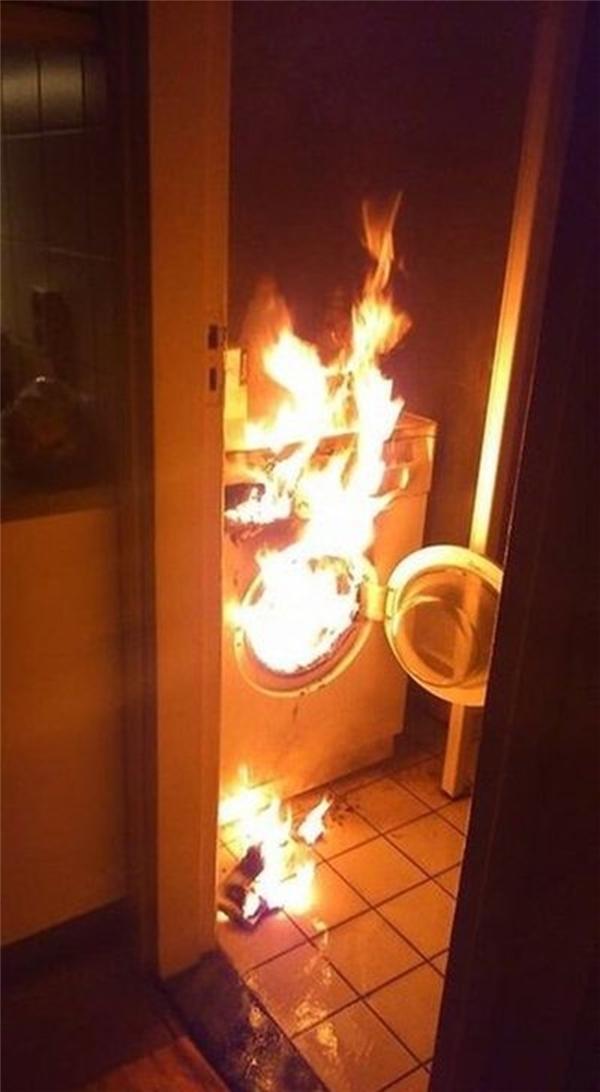 Lần đầu tiên trong đời đi giặt máy giặt, đốt luôn cái máy giặt.