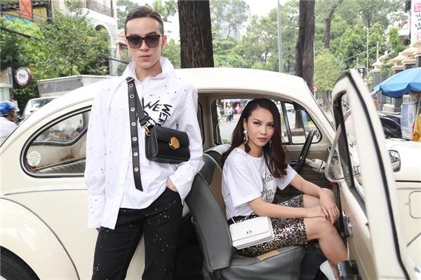 Yến Trang cùng Kelbin Lei tạo dáng cực ngầu bên chiếc xe hơi cổ.
