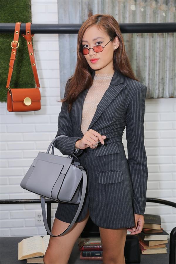 Stylist Pông Chuẩn khoe chân thon với váy ngắn kiểu vest.