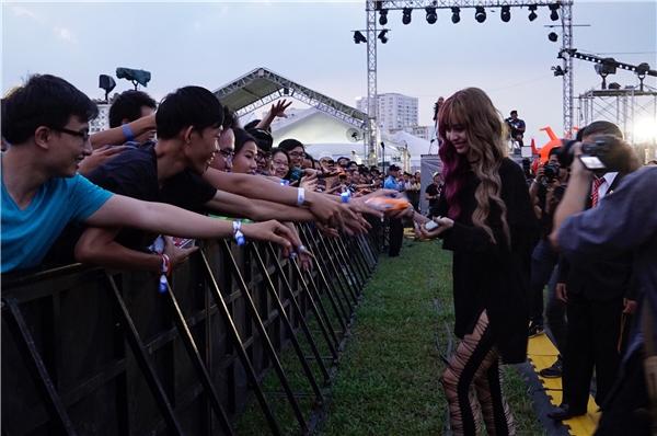 Nhiều khán giả hào hứng nhảy theo MLee, cổ vũ nữ ca sĩ nhiệt tình. Trước đó, cô nàng không ngần ngại selfie và giao lưu với người hâm mộ. - Tin sao Viet - Tin tuc sao Viet - Scandal sao Viet - Tin tuc cua Sao - Tin cua Sao