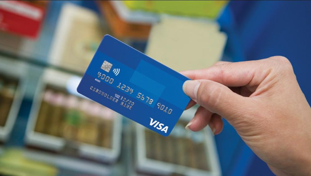 Thẻ Visa là loại thẻ thanh toán quốc tế được phát hành bởi tổ chứcVisa International Service Association. Thẻ Visagồm 2 loạithẻ: Mộtlà thẻghi nợVisaDebit và loại còn lạilà thẻtín dụng Visa Credit.(Ảnh: internet)