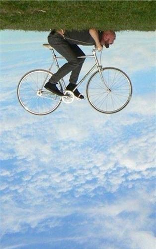 Chạy xe đạp trên mây nhưng chỉ đơn giản là lật ảnh ngược lại thôi. (Ảnh: internet)