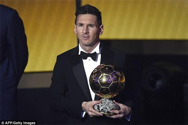 Ronaldo một lần nữa qua mặt đối thủ Messi nhờ thành tích tập thểấn tượng cả cấp độ CLB lẫn ĐTQG.