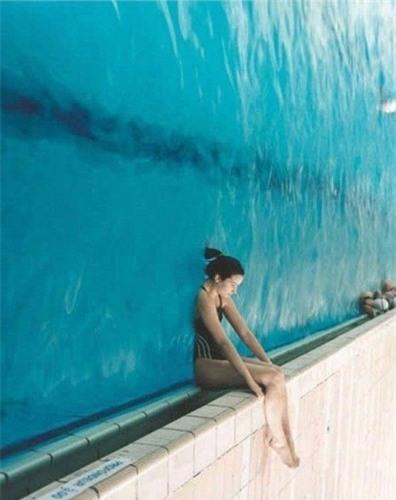 Một bức tường nước? Chỉ cần nằm ngã lưng trên mặt nước hồ rồi xoay ảnh 90 độ thôi. (Ảnh: internet)