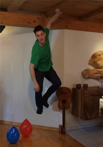 Anh chàng như đang lơ lửng trên không nhưng thật chất chỉ cần thực hiện một cứ nhảy nhẹ nhàng, những quả bóng được đặt ngược và dán dính dưới sàn để thu hút chú ý mà thôi. (Ảnh: internet)