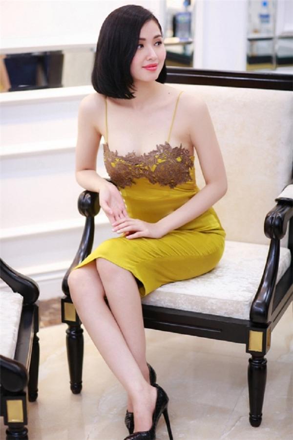 Làn da trắng hồng của Tâm Tít hòa hợp tuyệt đối, tôn lên sắc vàng cỏ úa hợp mốt trong mùa Thu - Đông. Phần ngực váy được tạo điểm nhấn bằng chi tiết ren theo cấu trúc đối xứng thường thấy ở các thiết kế nội y.