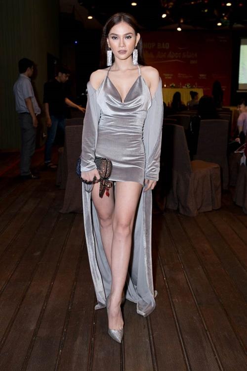 Bộ cánh của Thu Thủy cũng chung số phận với Hương Tràm khi sự chênh lệch chiều dài giữa váy và áo khoác tạo cảm giác kém gọn gàng.