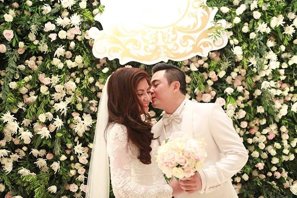Một sốhình ảnh ngọt ngào trong đám cưới bí mật của nam ca sĩ Anh Kiệt được các fan phát hiện ra và chia sẻ trên mạng xã hội. - Tin sao Viet - Tin tuc sao Viet - Scandal sao Viet - Tin tuc cua Sao - Tin cua Sao