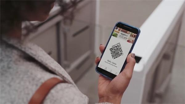 Khi khách hàng rời đi, Amazon tự động thanh toán vào tài khoản trên ứng dụng. Ứng dụng có sử dụng công nghệ quét mã QR.
