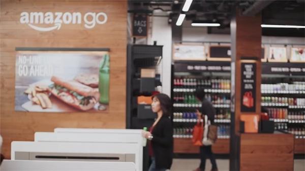 Ngoài bánh mì và tào phớ, nhiều loại thực phẩm chế biến sẵn, trong đó có sữa, cũng được bán tại hệ thống này. Doanh nghiệp cho biết diện tích cửa hàng là khoảng 167 m2, nhỏ hơn so với các siêu thị lớn.