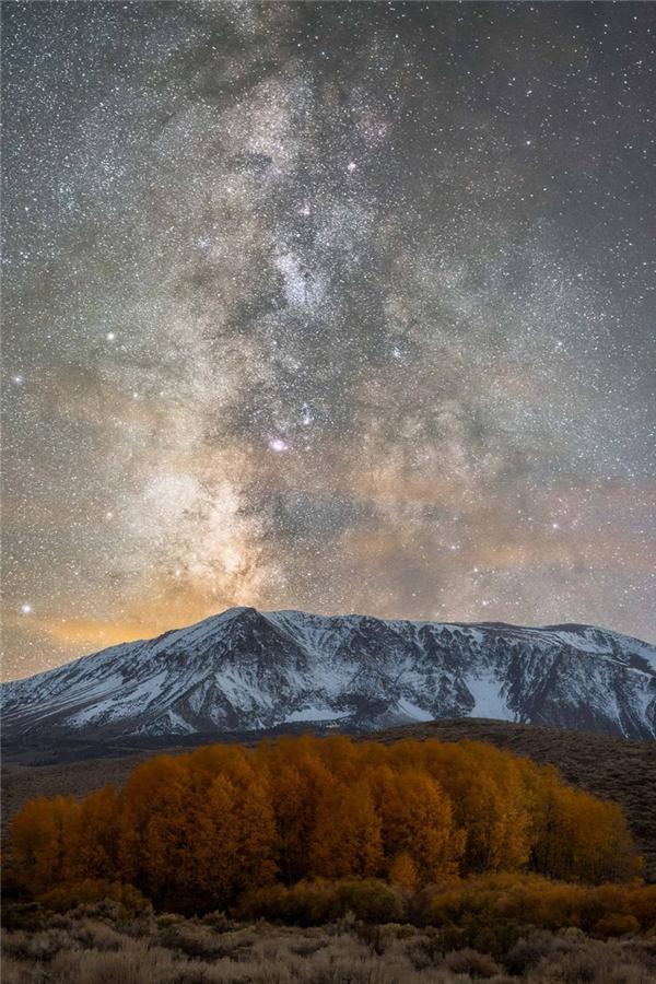 Dải ngân hà trên rặng Sierra Nevada. (Ảnh: Brandon Yoshizawa)