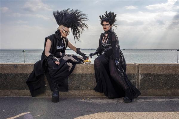 Hai người thuộc trường phái Goth đang chia sẻ một hộp khoai tây chiên tại Southend, Essex, Anh. (Ảnh: Peter Dench)
