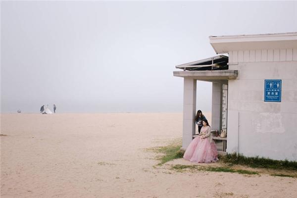 Một cô dâu chuẩn bị chụp ảnh cưới tại một bãi biển ở Thanh Đảo, Sơn Đông, Trung Quốc. (Ảnh: Mankichi Shinshi)