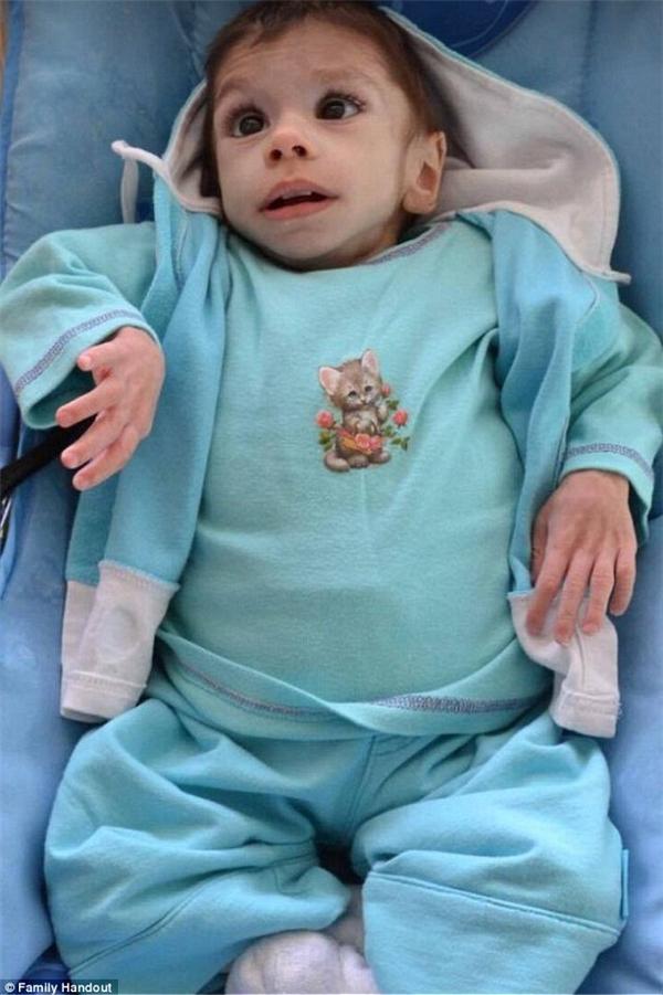 Tấm ảnh đã khiến cô Priscilla phải tức tốc bay ngay sang Bulgari để tìm gặp đứa bé tội nghiệp