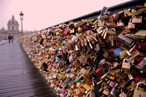 Ổ khóa tình yêu đã dần trở thành biểu tượng của chiếc cầuPont Neuf.