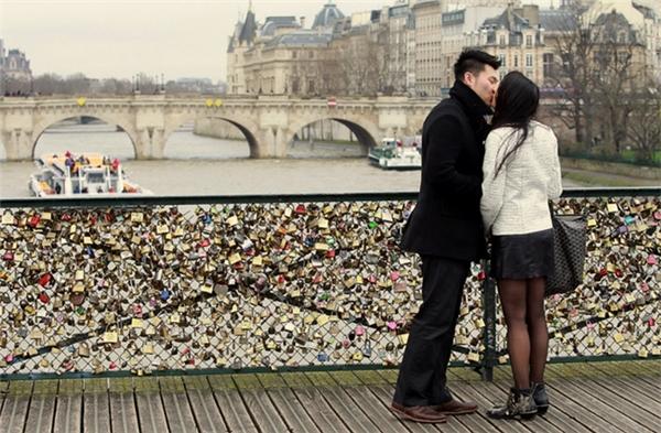 Tháo dỡ 65 tấn ổ khóa tình yêu ở Paris ... đem bán