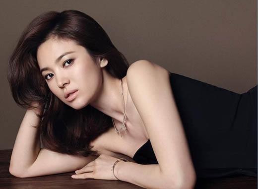 Song Hye Kyo vốn là cái tên quen thuộc trong những bảng xếp hạng sắc đẹp, không khó đoán khi cô là người mở màn cho dnh sách này.