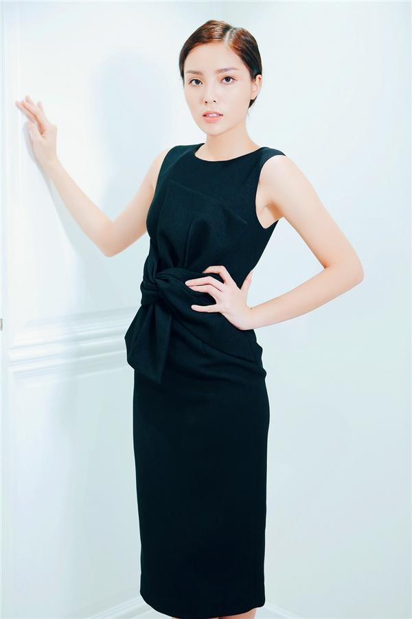 Bộ váy với phom body con truyền thống được tạo điểm nhấn bằng cách xếp nơ to bản ngay thắt eo.