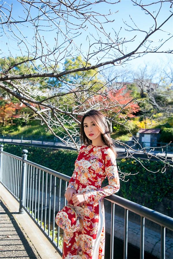 Hoa hậu Mỹ Linh nền nã trong tàáo dài in vải Nhật của NTK Hiền Lê, có hoạ tiết truyền thống để thể hiện sự giao thoa văn hoá.