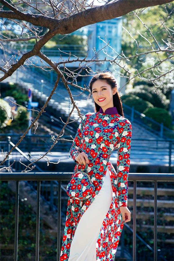 Á hậu Thanh Tú khoe vóc dáng cân đối cùng chiều cao lí tưởng trong bộ áo dài truyền thống. Nét mặt rạng rỡ, nụ cười tươi tắn là điểm nhấn của Thanh Tú trong mắt người đối diện.