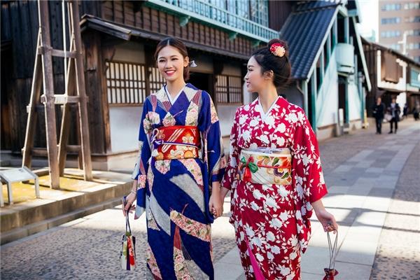 Sau khi dùng bữa trưa truyền thống của người Nhật, hai người đẹp thay kimono để hoá thành những phụ nữ Nhật truyền thống, tiếp tục tham quan khu phố cổ Dejima.