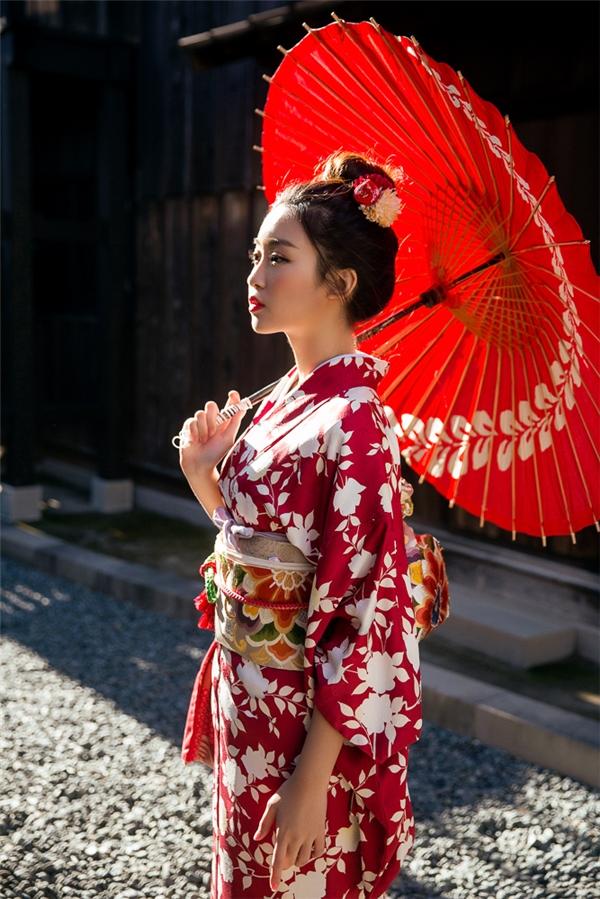 Hai người đẹp diện kimono đẹp không thua kém gì gái Nhật Bản.