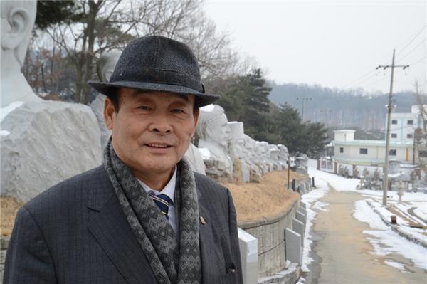 ÔngChung Geun-heelà người sáng lập ra công viên này đồng thời ông cũng làngười đem vềnhững bức tượng đầu tiên vớisố lượng 12 tượng. Những bức tượng được ông Chung đặt làmsau chuyến thăm tới núi Rushmore (Mỹ) vào năm 1990. Được biết thêm, chi phí chế tác và vận chuyển một bức tượng cao 3,6 m vào khoảng 10.000 USD. (Ảnh: internet)