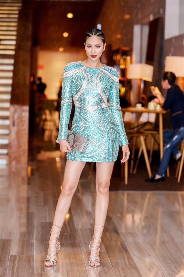 Hoa hậu Hoàn vũ Việt Nam 2015 trẻ trung, ấn tượng với tông xanh bạc hà kết hợp hàng loạt chi tiết cườm, đinh tán đính kết kì công. Phạm Hương chọn tông môi trầm ấn tượng kết hợp kiểu tóc bím.