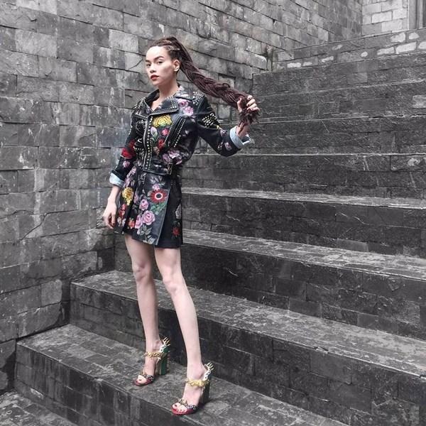 """Có lẽ, đối thủ """"nặng kí"""" nhất của Phạm Hương khi theo đuổi phong cách này chính là đàn chị Hồ Ngọc Hà. Trong hai tập của The Face Vietnam 2016, nữ ca sĩ luôn cuốn hút người xem bởi cách phối trang phục tông xuyệt tông hay khéo léo dùng kiểu tóc tết châu Phi để tạo điểm nhấn."""