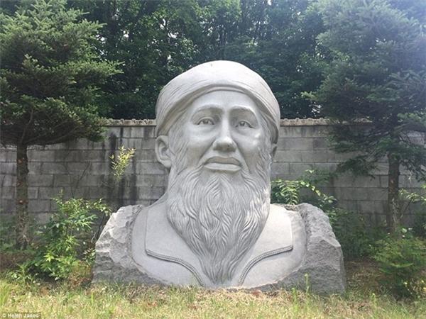 Tượng của cố thủ lĩnh khủng bốOsama Bin Laden. Đây là bức tượng gây rất nhiều tranh cãi trong công viênGreat Stone Face của HànQuốc. (Ảnh: internet)