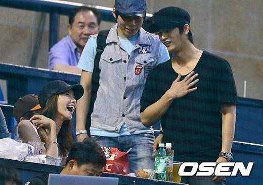 Seo In Guk cho rằng Yoona là người xinh đẹp nhất dù lên truyền hình hay ở ngoài đời thực. Đôi lúc anh chàng còn cảm thấy áp lực khi làm bạn với Yoona bởi vì cô quá xinh đẹp.