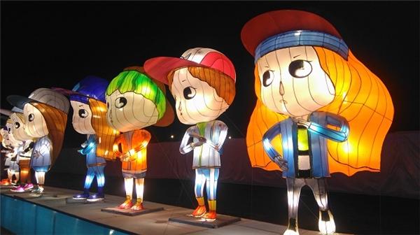 Cả hai nhóm nhạc được thực hiện dưới dạng đèn lồng chibi cực đáng yêu.