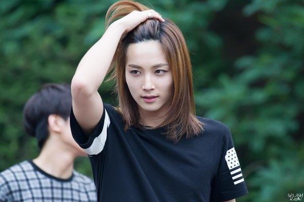 Idol Kpop và khoảnh khắc tóc hát khiến fan rụng rời