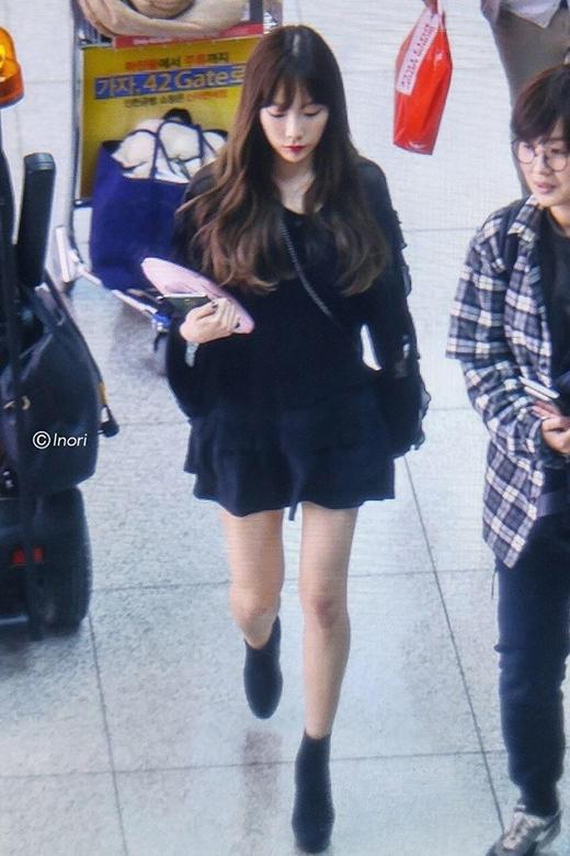 """Chiếc váy ngắn càng """"tố cáo"""" đôi chân gầy nhẳng và số kí giảm đi của Taeyeon."""