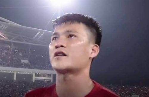 Nước mắt của Công Vinh chảy dàikhihát quốc ca trước trận gặp Indonesia ngày 7/12.