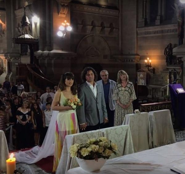 Không ít bạn bè người thân của cặp đôi có mặt chứng kiến hôn lễ đặc biệt và chúc phúc cho họ.