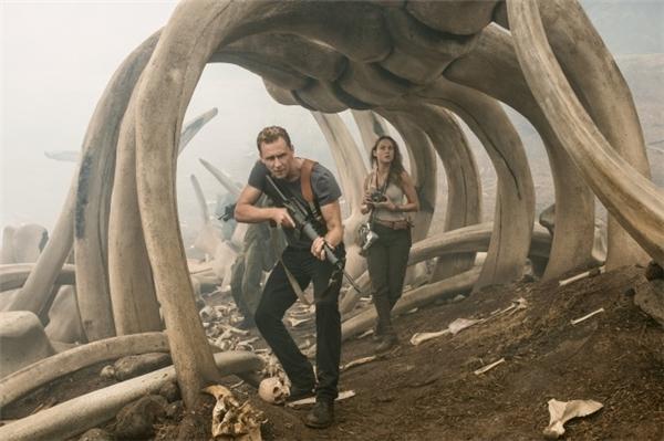 Tom Hiddlestonvào vai một sĩ quan Anh trong khiBrie Larsonvào vai một nhiếp ảnh gia chiến trường.