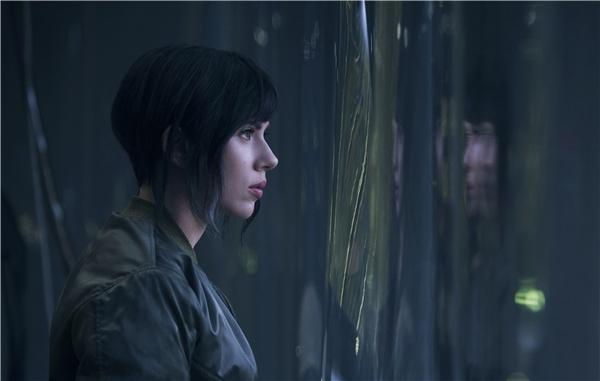 Nhân vật trung tâm của phim là cô gái nửa robot nửa ngườiMotoko Kusanagi.
