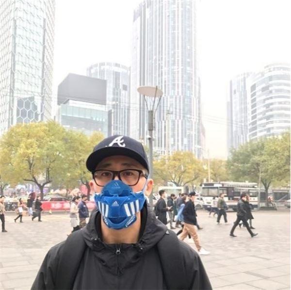 Sinh ra tại Bắc Kinh – thành phố có mức độ ô nhiễm không khí nhất nhì thế giới, nhà thiết kế trẻ đã sáng tạo ra một dòng sản phẩm khẩu trang vừa chống khói bụi,…