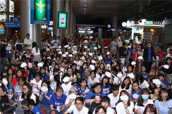 Tuy nhiên, hàng trăm fan của Yesung đã có mặt từ 2gchiều để đợi nam ca sĩ.