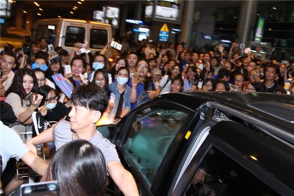 Có khá nhiều người hộ tống nhưng Yesung phải rất vất vả mới thoát ra khỏi đám đông và lên xe ra về.
