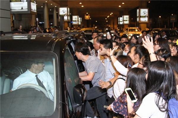 Khi đã yên vị trong xe hơi do BTC đón về khách sạn, Yesung bất ngờ liên tục đưa tay vẫy chào những khán giả của mình.