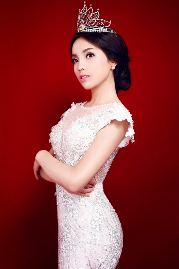 Ngay những ngày đầu đăng quang, không khó để bắt gặp hình ảnh Kỳ Duyên trong tà áo dài truyền thống, váy dạ hội bồng xòe mang nét thanh lịch, kín đáo. Thời điểm đó, gu thời trang cùng nhan sắc của Hoa hậu Việt Nam 2014 luôn trở thành đề tài được dư luận bàn tán.