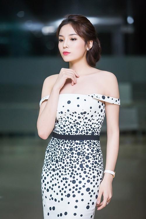 Thi thoảng, Hoa hậu Việt Nam 2014 mới khoe đường cong trong những chiếc váy ôm sát hay trễ vai gợi cảm.