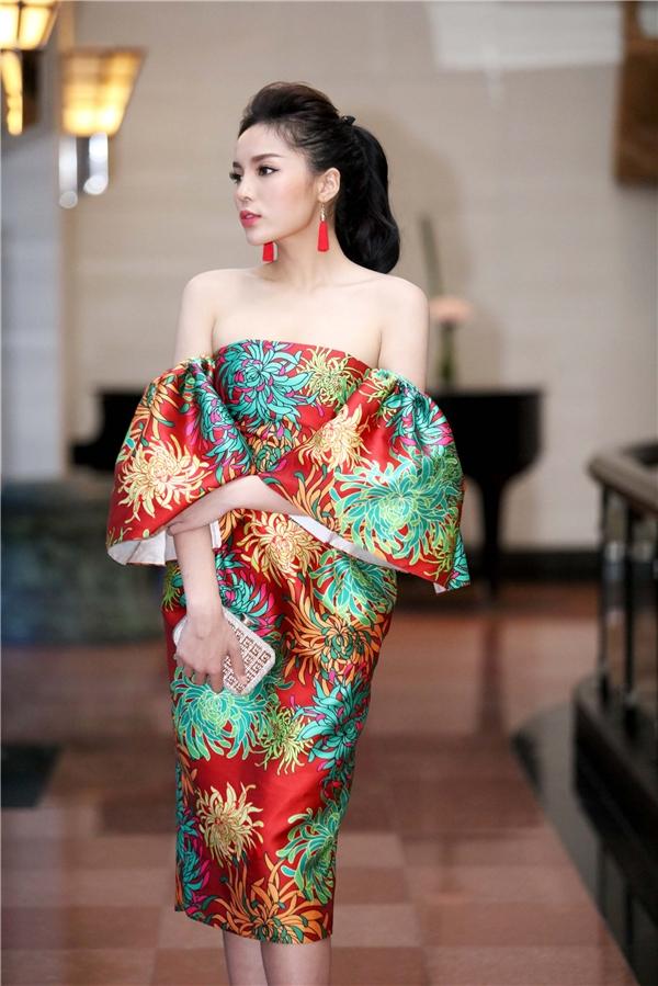 Hoa hậu Việt Nam 2014 cuốn hút với những thiết kế xẻ tà, xẻ ngực sâu hút.