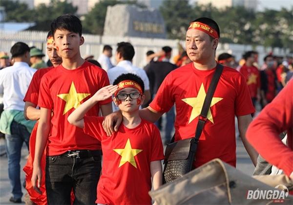 Các cổ động viên đã đến sớm, cổ vũ tinh thần cho các chàng trai áo đỏ.