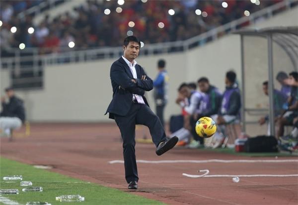 Bên ngoài đường pitch, HLV Hữu Thắng cũng tỏ ra sốt ruột.