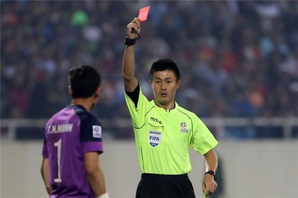 Trong một tình huống lộn xộn, thủ môn Nguyên Mạnh bị truất quyền thi đấu vì lối đánh nguội đối phương.